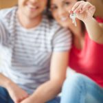 couple-heureux-avec-les-cles-de-la-maison_1098-1984